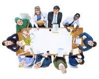 Ομάδα ανθρώπων με τα διάφορα επαγγέλματα σε μια συνεδρίαση Στοκ φωτογραφία με δικαίωμα ελεύθερης χρήσης
