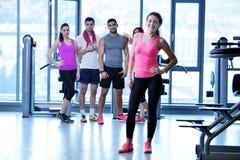 Ομάδα ανθρώπων που ασκεί στη γυμναστική Στοκ εικόνες με δικαίωμα ελεύθερης χρήσης