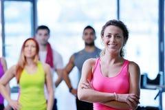 Ομάδα ανθρώπων που ασκεί στη γυμναστική Στοκ εικόνα με δικαίωμα ελεύθερης χρήσης