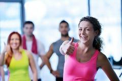 Ομάδα ανθρώπων που ασκεί στη γυμναστική Στοκ φωτογραφία με δικαίωμα ελεύθερης χρήσης