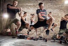 Ομάδα ανθρώπων που ασκεί την καρδιο άσκηση ικανότητας στοκ φωτογραφίες
