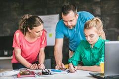 Ομάδα ανθρώπων που διοργανώνει τη συνεδρίαση στο γραφείο Στοκ Εικόνες