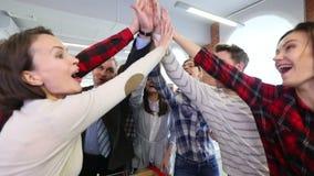 Ομάδα ανθρώπων που κάνει υψηλά πέντε φιλμ μικρού μήκους