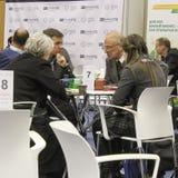 Ομάδα ανθρώπων που μιλά στον πίνακα Στοκ Εικόνα