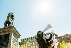 Ομάδα ανθρώπων που μιλά megaphones στη διαμαρτυρία Στοκ Εικόνες