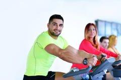 Ομάδα ανθρώπων που τρέχει treadmills Στοκ εικόνα με δικαίωμα ελεύθερης χρήσης