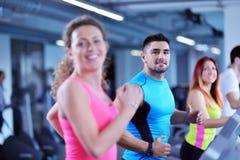 Ομάδα ανθρώπων που τρέχει treadmills Στοκ εικόνες με δικαίωμα ελεύθερης χρήσης