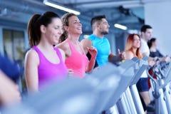 Ομάδα ανθρώπων που τρέχει treadmills Στοκ Φωτογραφία