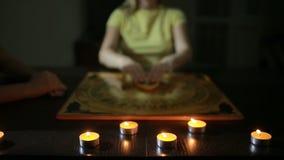 Ομάδα ανθρώπων σε έναν πνευματολόγο οι άνθρωποι καλούν τα πνεύματα φιλμ μικρού μήκους