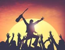Ομάδα ανθρώπων σκιαγραφιών στη συναυλία Στοκ φωτογραφία με δικαίωμα ελεύθερης χρήσης