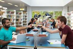 Ομάδα ανθρώπων στη βιβλιοθήκη Στοκ φωτογραφία με δικαίωμα ελεύθερης χρήσης