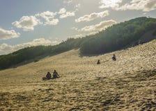 Ομάδα ανθρώπων στους αμμόλοφους Carilo Στοκ φωτογραφία με δικαίωμα ελεύθερης χρήσης