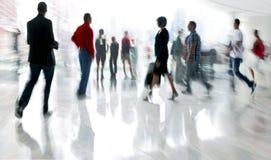 Ομάδα ανθρώπων στο εμπορικό κέντρο λόμπι Στοκ Εικόνα