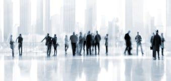 Ομάδα ανθρώπων στο εμπορικό κέντρο λόμπι Στοκ Φωτογραφία