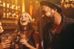 Ομάδα ανθρώπων στο μπαρ που έχει τη διασκέδαση στοκ εικόνες