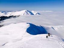 Ομάδα ανόδων ορειβατών από το χιονισμένο βουνό Στοκ Φωτογραφίες