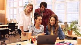 Ομάδα ανώτατων στελεχών επιχείρησης που συζητούν πέρα από το lap-top στο γραφείο τους απόθεμα βίντεο