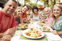 Ομάδα ανώτερων φίλων που απολαμβάνουν το γεύμα στο υπαίθριο εστιατόριο Στοκ εικόνες με δικαίωμα ελεύθερης χρήσης