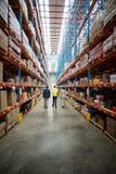 Ομάδα αποθηκών εμπορευμάτων που συζητά περπατώντας στην αποθήκη εμπορευμάτων στοκ εικόνες με δικαίωμα ελεύθερης χρήσης