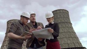 Ομάδα αρχιτεκτόνων και σχεδιαστών στο υπόβαθρο του πυρηνικού σταθμού τα προβλήματα της ατμοσφαιρικής ρύπανσης, προστατεύουν απόθεμα βίντεο
