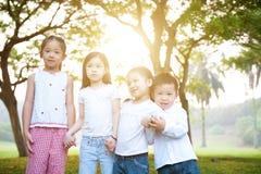 Ομάδα ασιατικού υπαίθριου πορτρέτου παιδιών στοκ φωτογραφία