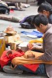 Ομάδα ατόμων που προσεύχονται μπροστά από έναν ναό σε Lhasa Στοκ Εικόνα