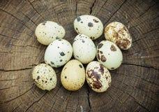 Ομάδα αυγών ορτυκιών στην ξύλινη επιφάνεια Στοκ Φωτογραφίες