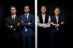 Ομάδα βέβαιων επιχειρηματιών που χωρίζονται με τον τοίχο με τις επιχειρηματίες και την εξέταση τη κάμερα Στοκ εικόνες με δικαίωμα ελεύθερης χρήσης