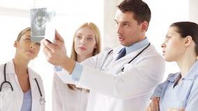 Ομάδα γιατρών με τις των ακτίνων X τυπωμένες ύλες απόθεμα βίντεο