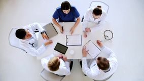 Ομάδα γιατρών με το καρδιογράφημα στο νοσοκομείο απόθεμα βίντεο