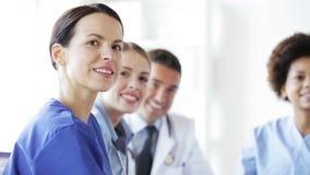 Ομάδα γιατρών που συναντιούνται στο σεμινάριο στο νοσοκομείο απόθεμα βίντεο
