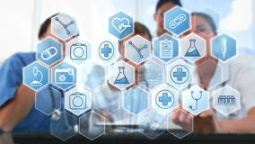 Ομάδα γιατρών που χρησιμοποιεί την ψηφιακή οθόνη διεπαφών φιλμ μικρού μήκους