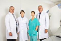 Ομάδα γιατρών στην ακτινολογία στο νοσοκομείο Στοκ εικόνες με δικαίωμα ελεύθερης χρήσης