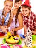 Ομάδα γιορτής γενεθλίων παιδιού με το κέικ. στοκ φωτογραφίες