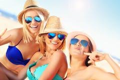 Ομάδα γυναικών που έχουν τη διασκέδαση στην παραλία Στοκ φωτογραφίες με δικαίωμα ελεύθερης χρήσης