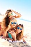 Ομάδα γυναικών που έχουν τη διασκέδαση στην παραλία Στοκ φωτογραφία με δικαίωμα ελεύθερης χρήσης