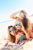 Ομάδα γυναικών που έχουν τη διασκέδαση στην παραλία Στοκ εικόνα με δικαίωμα ελεύθερης χρήσης