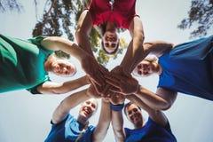Ομάδα γυναικών που διαμορφώνει το σωρό χεριών στο στρατόπεδο μποτών Στοκ εικόνα με δικαίωμα ελεύθερης χρήσης