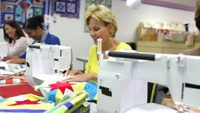 Ομάδα γυναικών που χρησιμοποιούν τις ηλεκτρικές μηχανές στο ράψιμο της κατηγορίας φιλμ μικρού μήκους