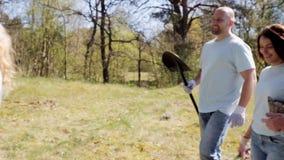 Ομάδα εθελοντών με τα σπορόφυτα δέντρων στο πάρκο απόθεμα βίντεο