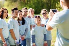 Ομάδα εθελοντών που παίρνουν την εικόνα από το smartphone Στοκ φωτογραφία με δικαίωμα ελεύθερης χρήσης