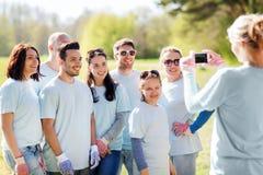Ομάδα εθελοντών που παίρνουν την εικόνα από το smartphone Στοκ Φωτογραφίες