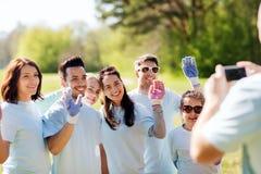 Ομάδα εθελοντών που παίρνουν την εικόνα από το smartphone Στοκ Εικόνες
