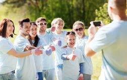 Ομάδα εθελοντών που παίρνουν την εικόνα από το smartphone Στοκ εικόνα με δικαίωμα ελεύθερης χρήσης