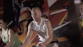 Ομάδα ενεργών ανθρώπων που εκπαιδεύουν σε μια γυμναστική από κοινού απόθεμα βίντεο