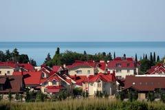Ομάδα εξοχικών σπιτιών στην παραλία θάλασσας Στοκ εικόνες με δικαίωμα ελεύθερης χρήσης