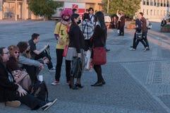 Ομάδα επισκεπτών, νέα κορίτσια με τη μαύρη μάσκα προσώπου Στοκ Εικόνες