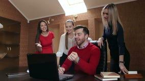 Ομάδα επιτυχών επιχειρηματιών που εργάζονται στο γραφείο με τον υπολογιστή φιλμ μικρού μήκους