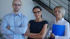 Ομάδα επιτυχών επιχειρηματιών στη formalwear εξέταση τη κάμερα απόθεμα βίντεο