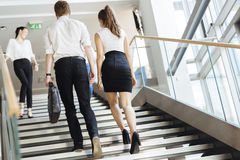 Ομάδα επιχειρηματία που περπατά και που παίρνει τα σκαλοπάτια Στοκ εικόνες με δικαίωμα ελεύθερης χρήσης